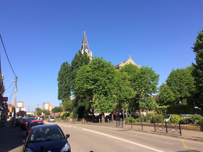 Le Bourg : la placette derrière l'église