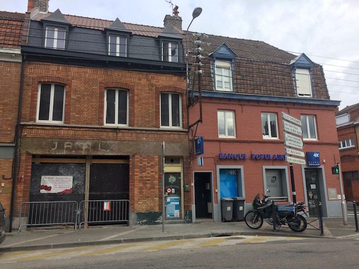 Le Bourg : l'ancien bistrot et une banque