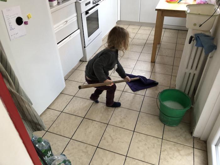 Gisèle lave la cuisine
