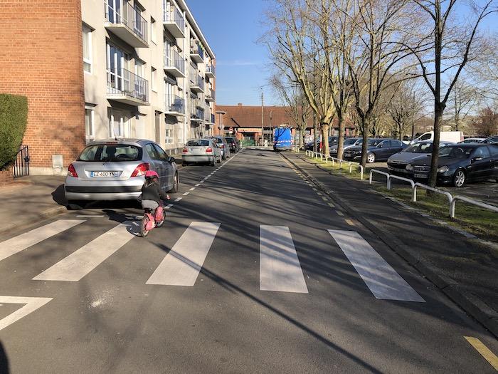 En vélo vers l'école, fermée bien sûr